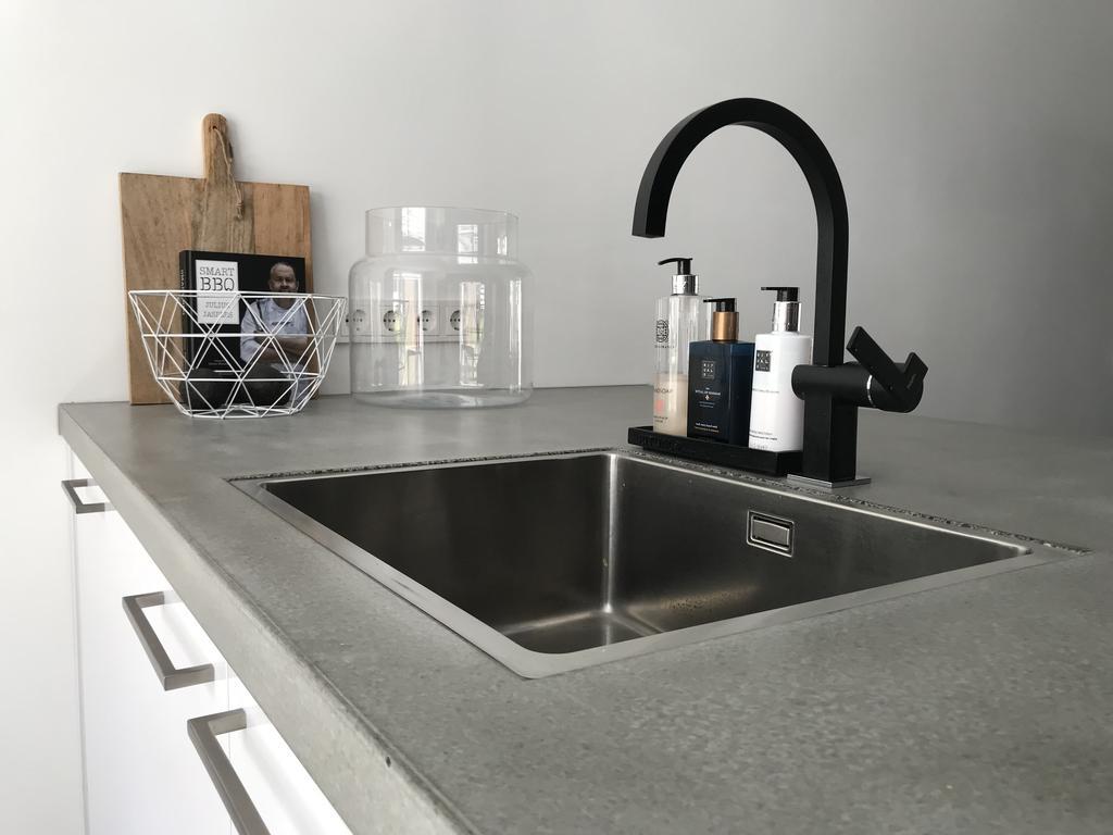 ook-hier-zie-je-de-matzwarte-details-weer-terug-ons-betonnen-aanrechtblad-leeft-en-geeft-onze-keuken-die-net-niet-standaard-aanblik