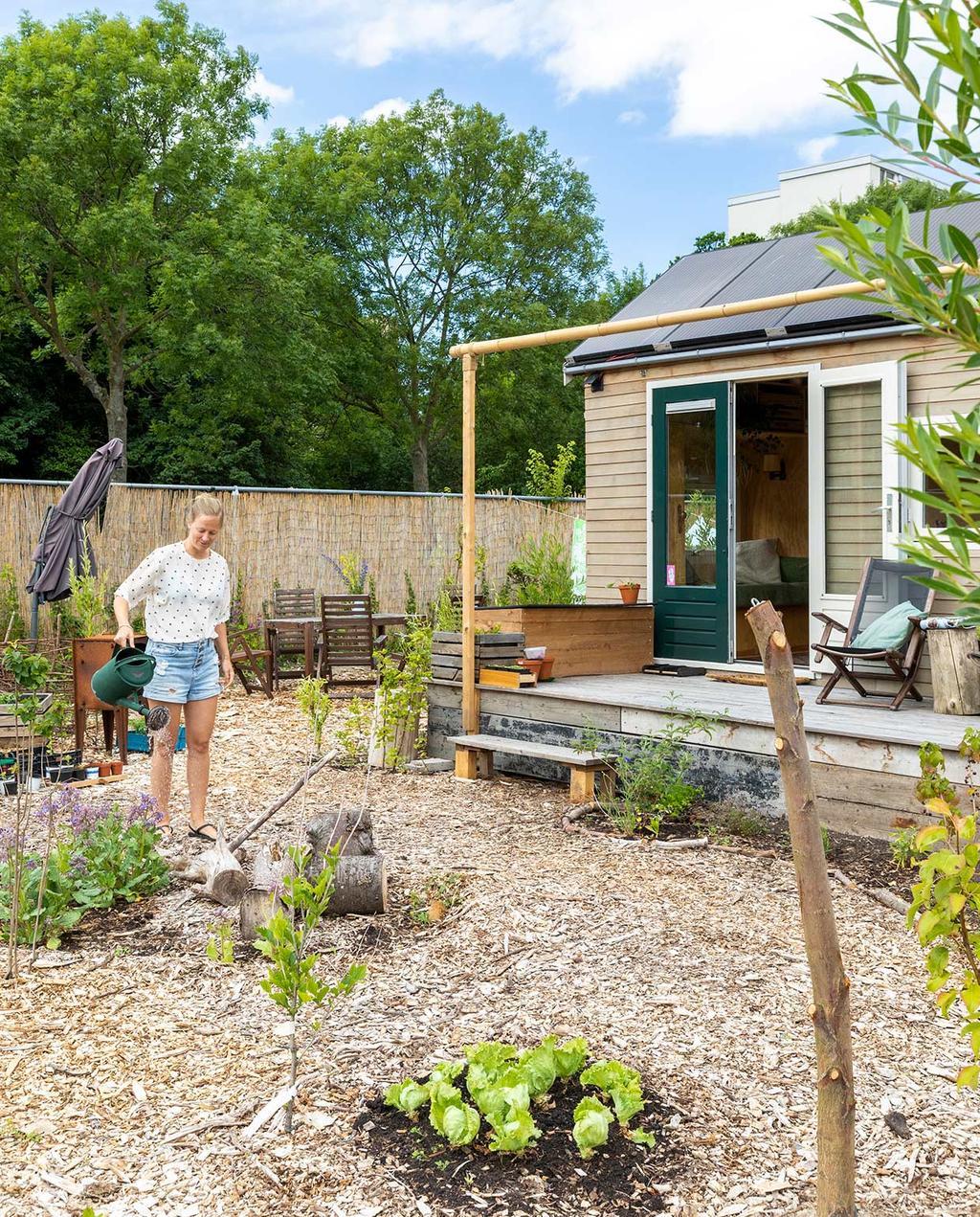 vtwonen special tiny houses | buiten bezig in tuin