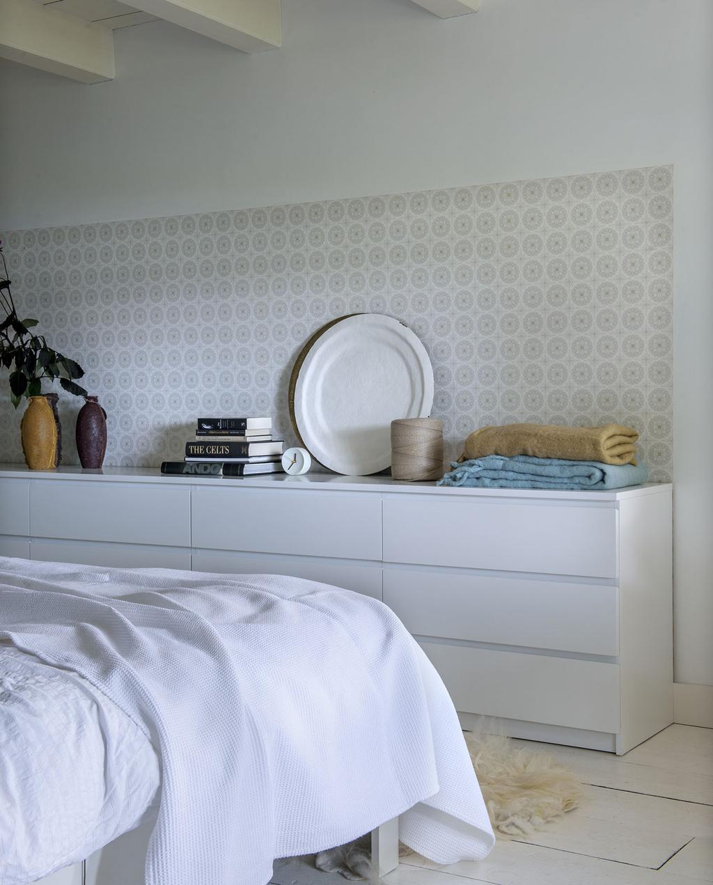 vtwonen 11-2019 | binnenkijker Alblasserwaard boerderij slaapkamer bed en accessoires wand