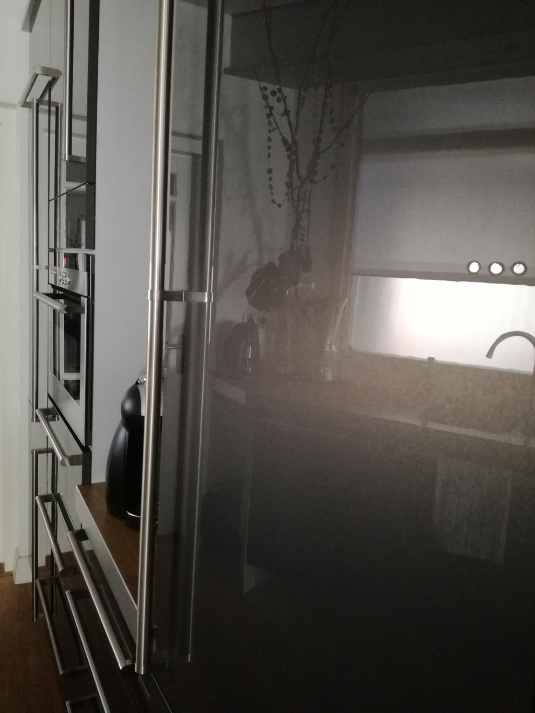 door-de-spiegeling-en-lichtinval-toont-de-keuken-nooit-echt-donker