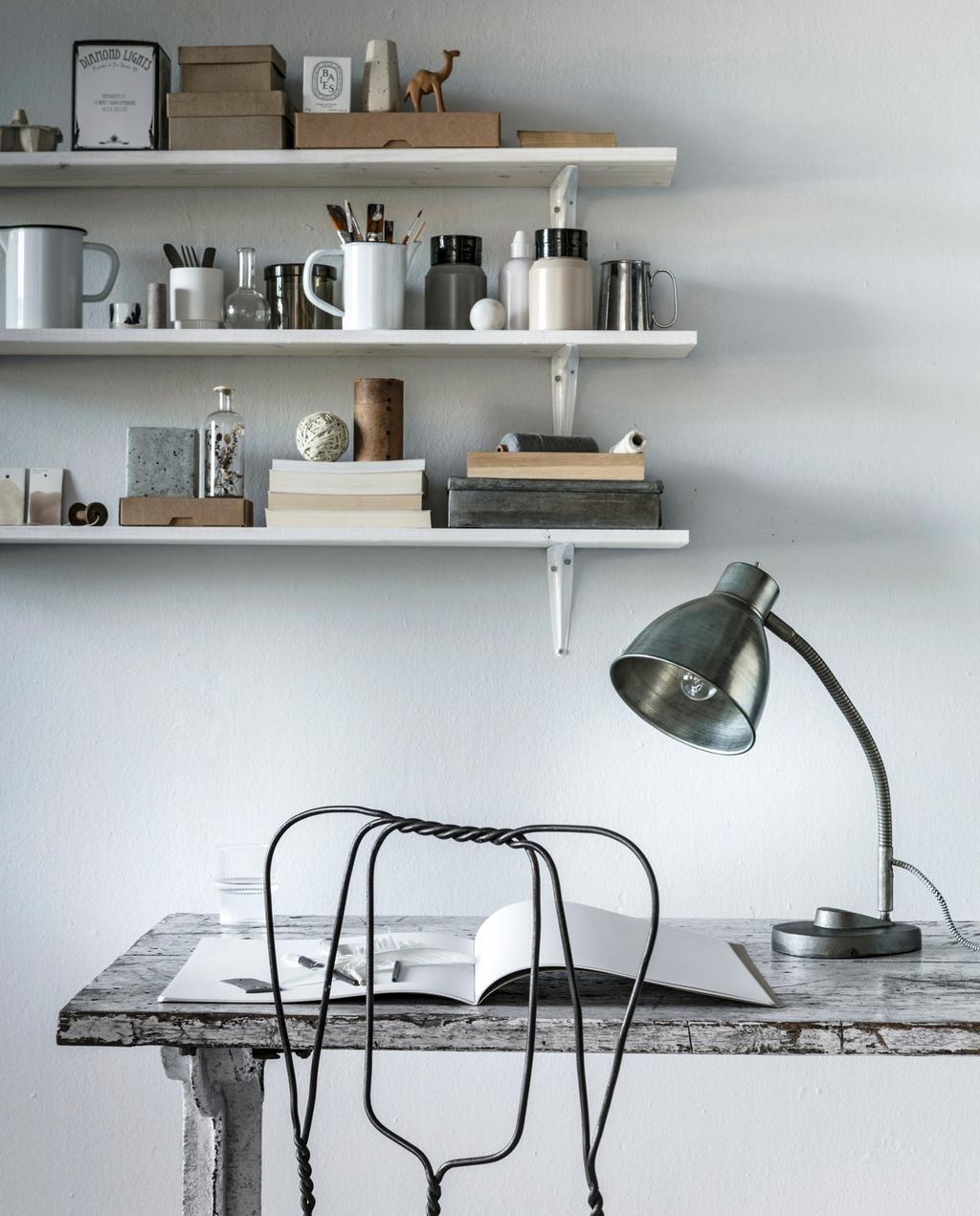 mix en match: vintage en modern oud bureau metaaldraad stoel