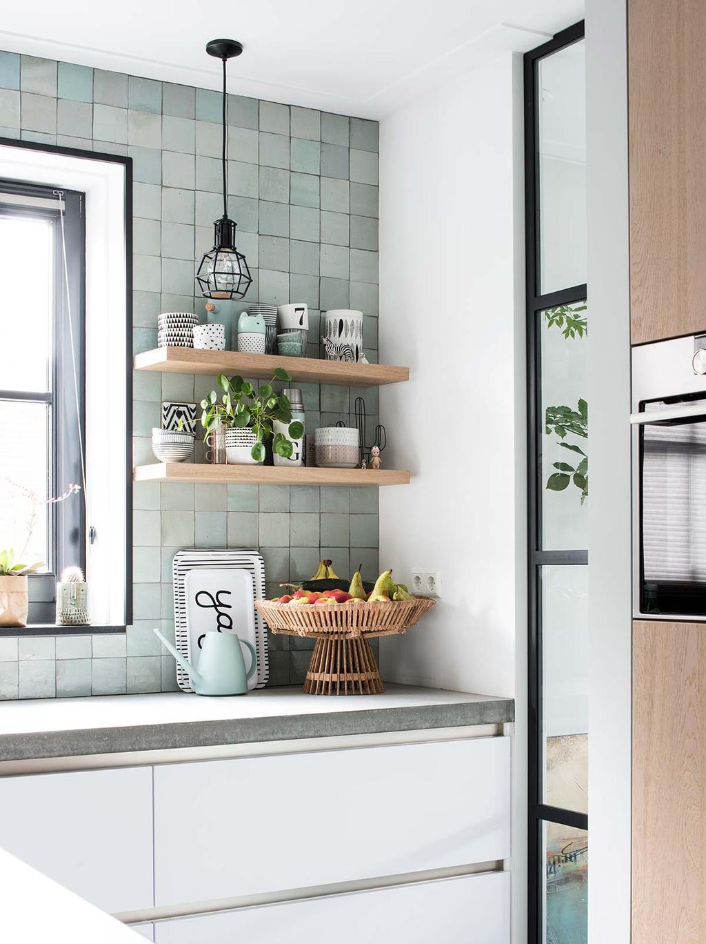 Scandinavische keuken met mintgroene tegels en houten koelkast