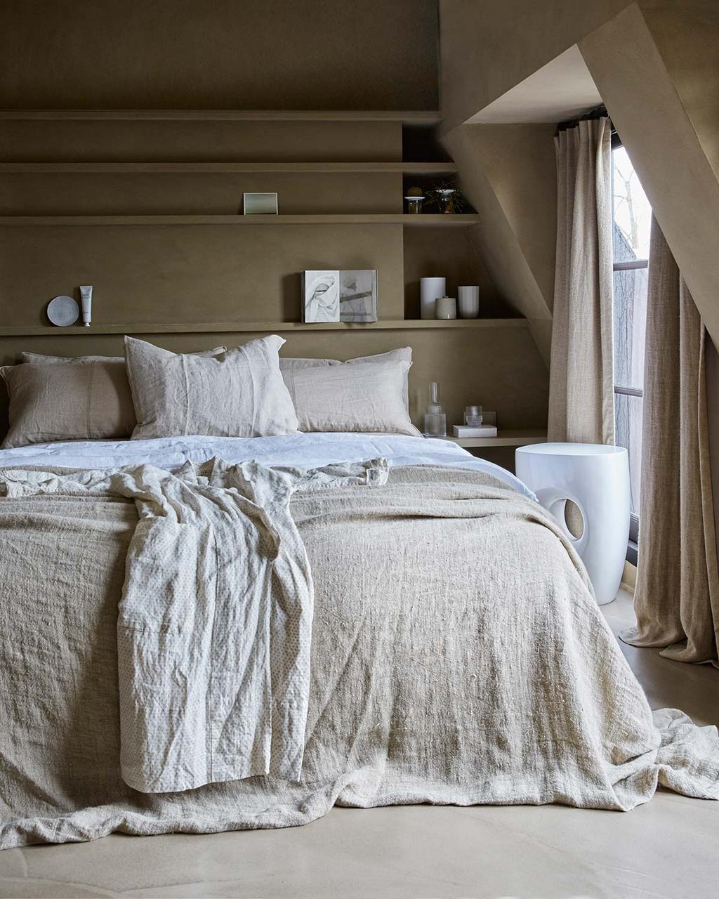 Basic slaapkamer met materialen als linnen, vlas, jute, breisels en keramiek