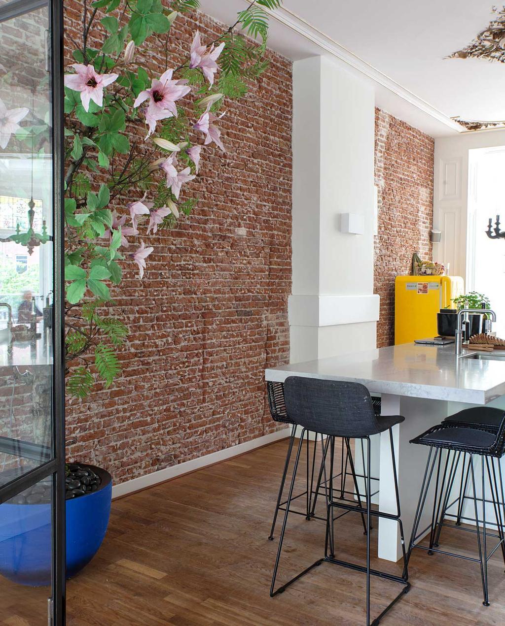 vtwonen binnenkijkspecial 12 | binnenkijken in een herenhuis met een mix van klassiek en design | keuken met hoge barkrukken