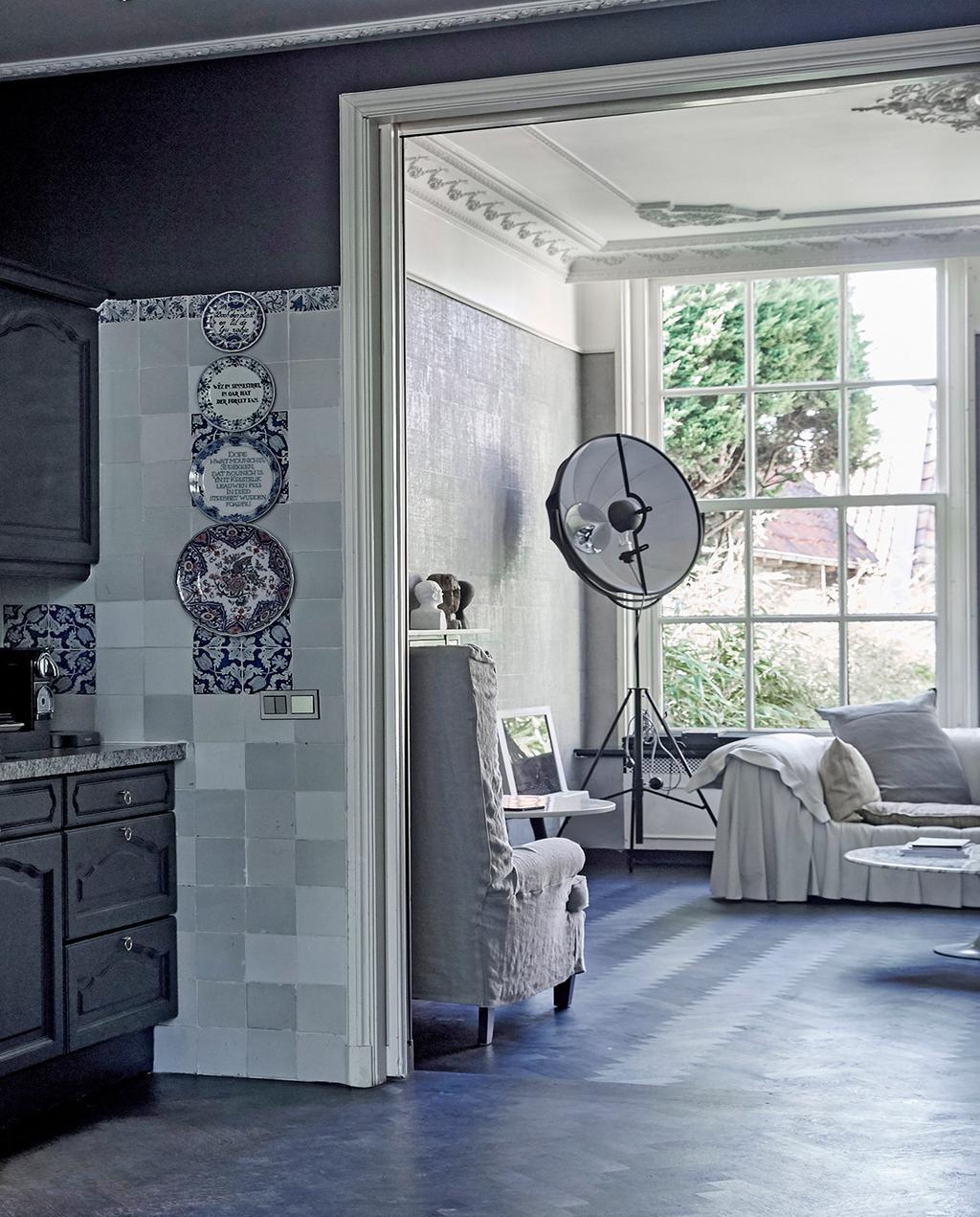 vtwonen 02-2021 | keuken met zwart wit interieur, bijzondere lamp en tegels