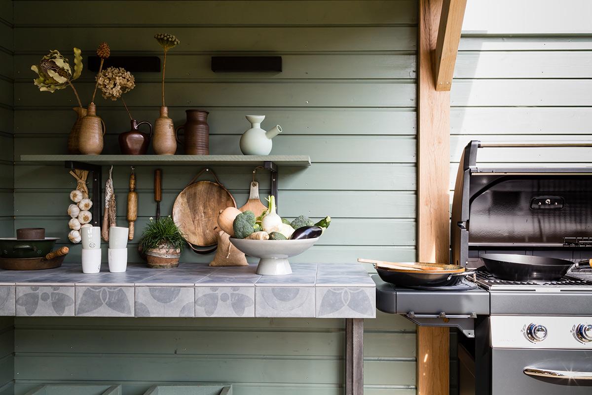 Buitenkeuken met aanrechtblad van tegels