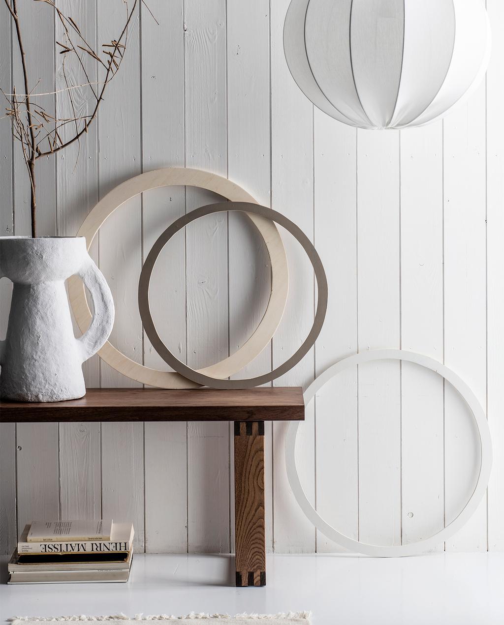 vtwonen 08-2021 | drie houten ringen met een witte vaas