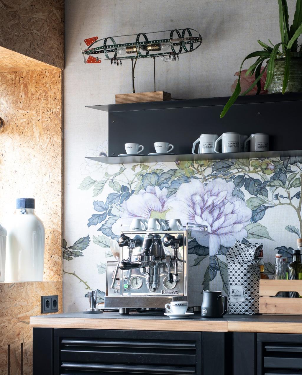 vtwonen binnenkijken 03-2020 | binnenkijken Heerhugowaard zwarte keuken met bloemenbehang als spatwand