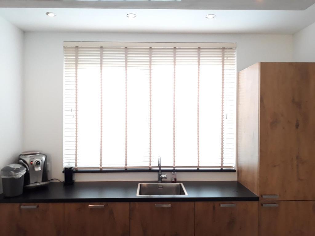 leuk-uitzicht-en-veel-licht-in-de-keuken