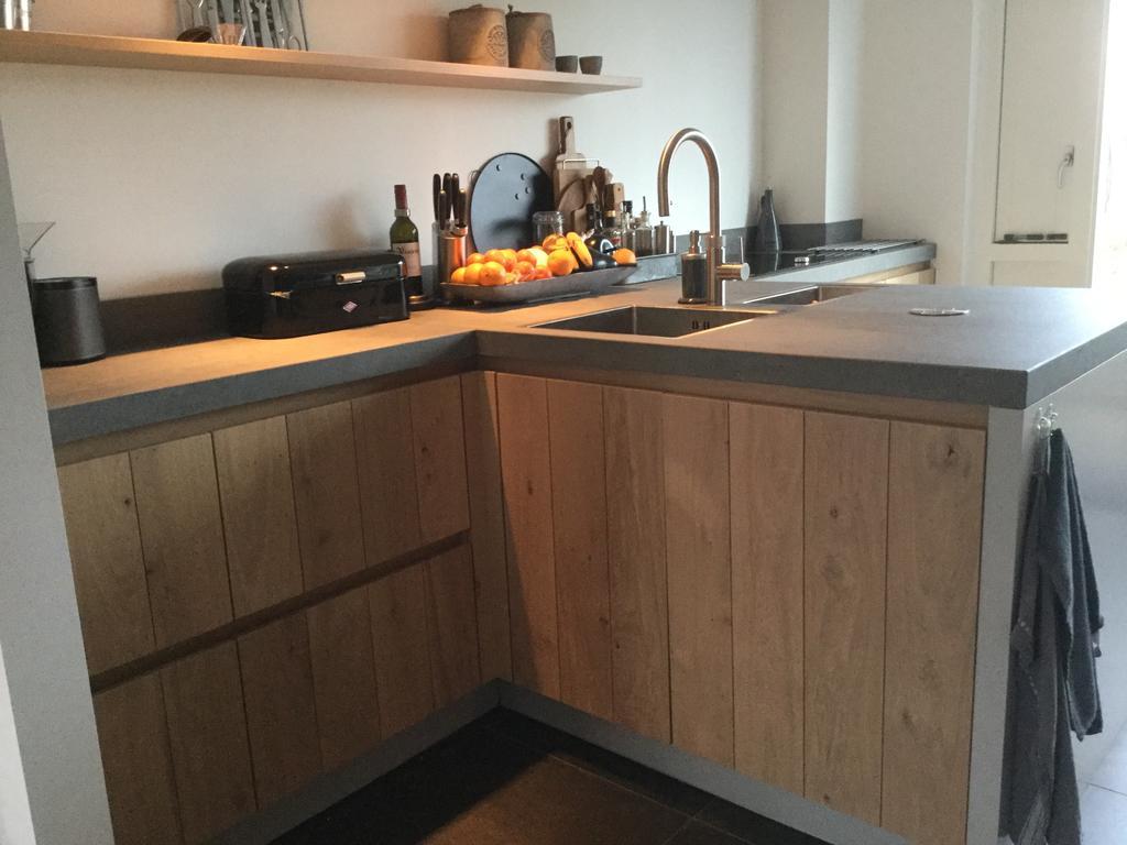 het-schiereilandje-met-de-gootsteen-en-uittrekbare-cooker-met-afwasmachine