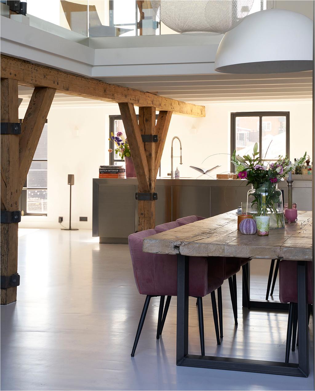 vtwonen 08-2020 | binnenkijken Arnhem eettafel met roze velvet stoelen en witte hanglamp