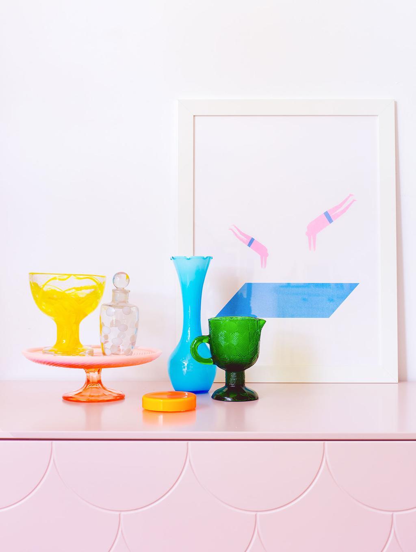 Gekleurd glaswerk op een roze kast