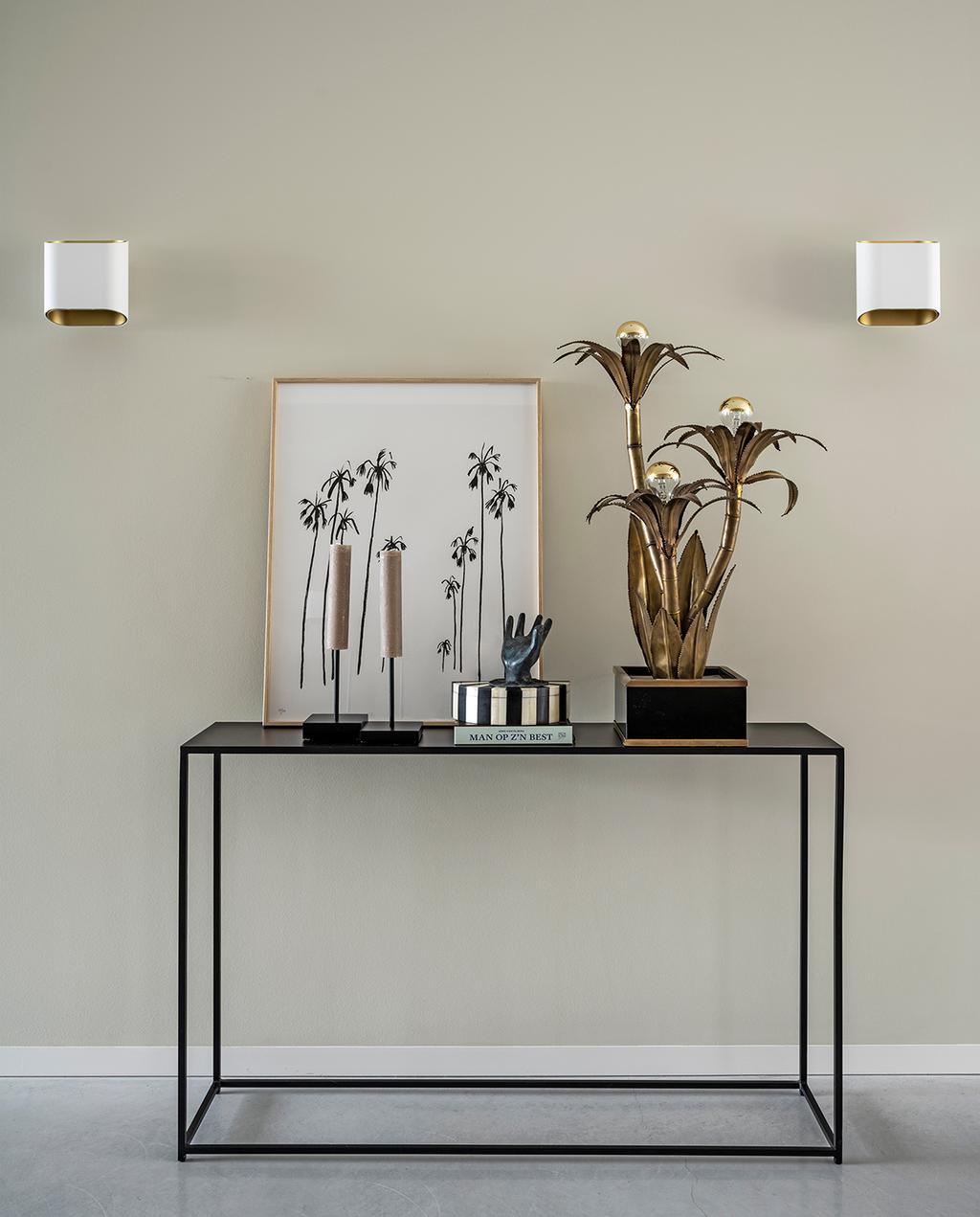 vtwonen 03-2021 | ornamenten, kandelaar en lamp op een zwarte bijzettafel