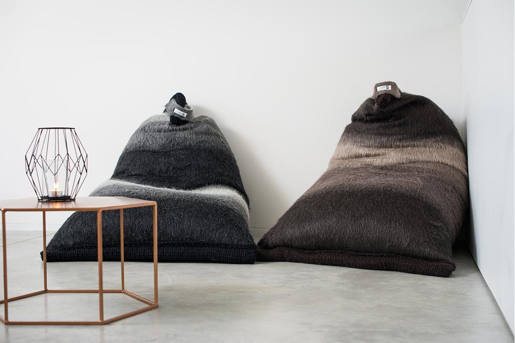 Grijze en bruine beanbag van Scarves and Stuff by Solange met een bijzettafel