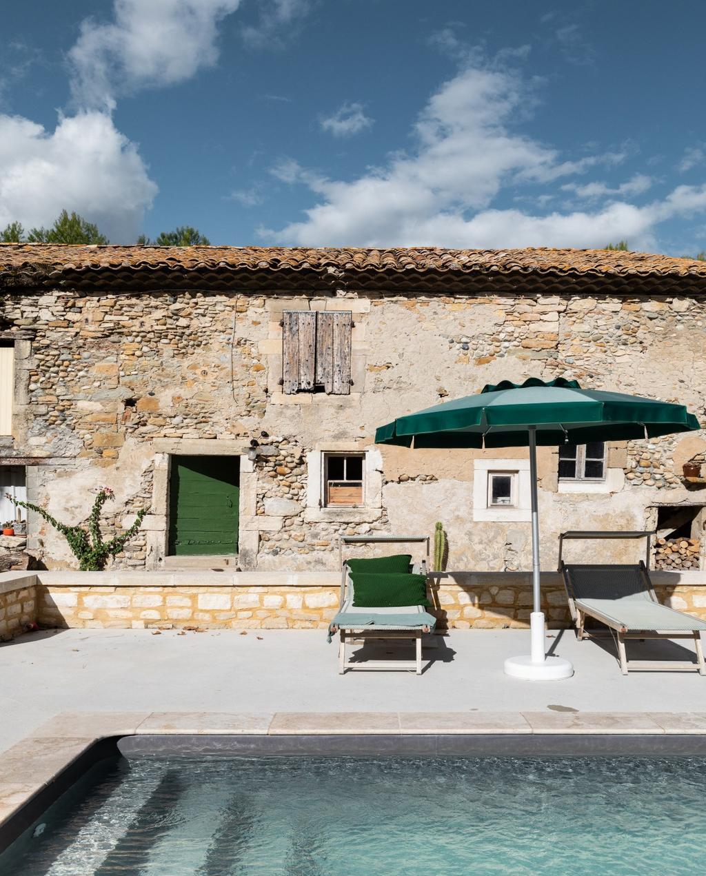 vtwonen 08-2020 | bk buitenland Frankrijk buitenzwembad met groene parasol