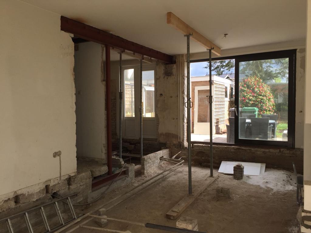 de-doorgang-hebben-wij-open-gebroken-omdat-deze-erg-laag-was-en-wij-graag-een-open-keuken-wilden-voor-opties-meer-ruimte-dagen-zijn-wij-bezig-geweest-om-het-bewapend-beton-met-een-compressie-boor-weg-te-breken-een-nieuwe-stalen-balk-moet-de-draagmuur-ondersteunen