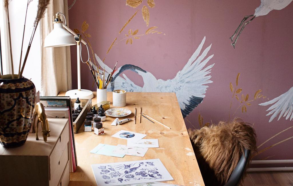 vtwonen 04-2020 | kijkkamer creatieve werkkamer roze kraanvogel behang achter een houten bureau