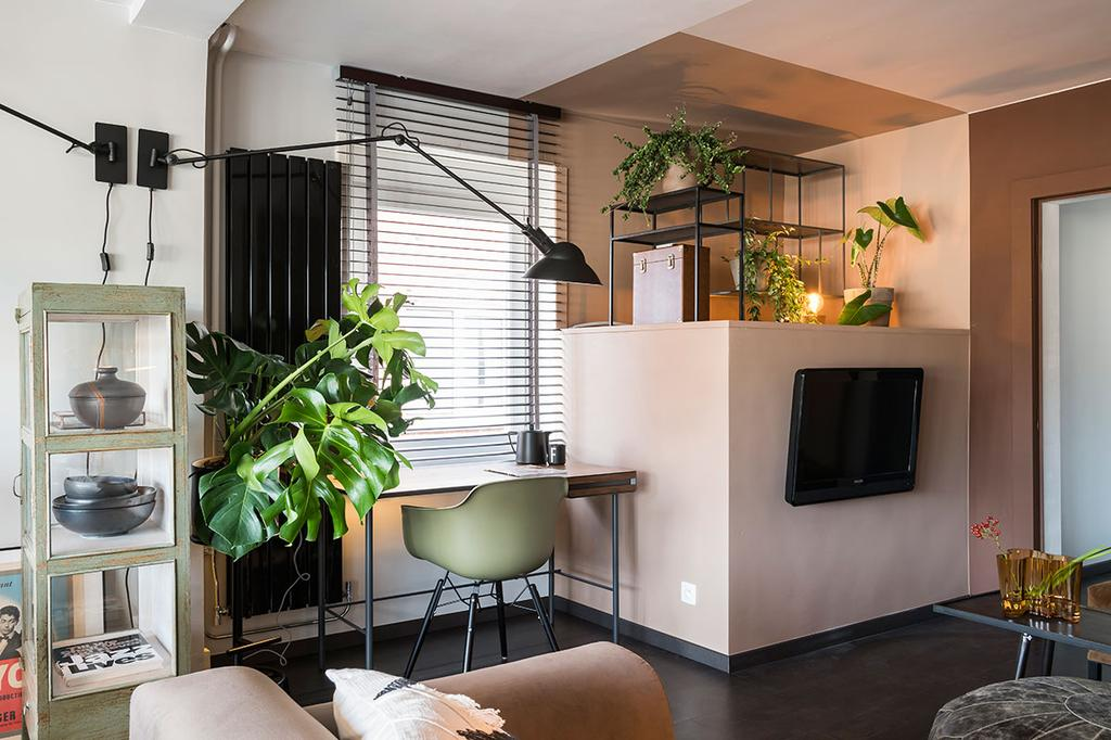 Bureau in de woonkamer van Frie uit de zesde aflevering van het tweede seizoen van 'Een frisse start met vtwonen'.