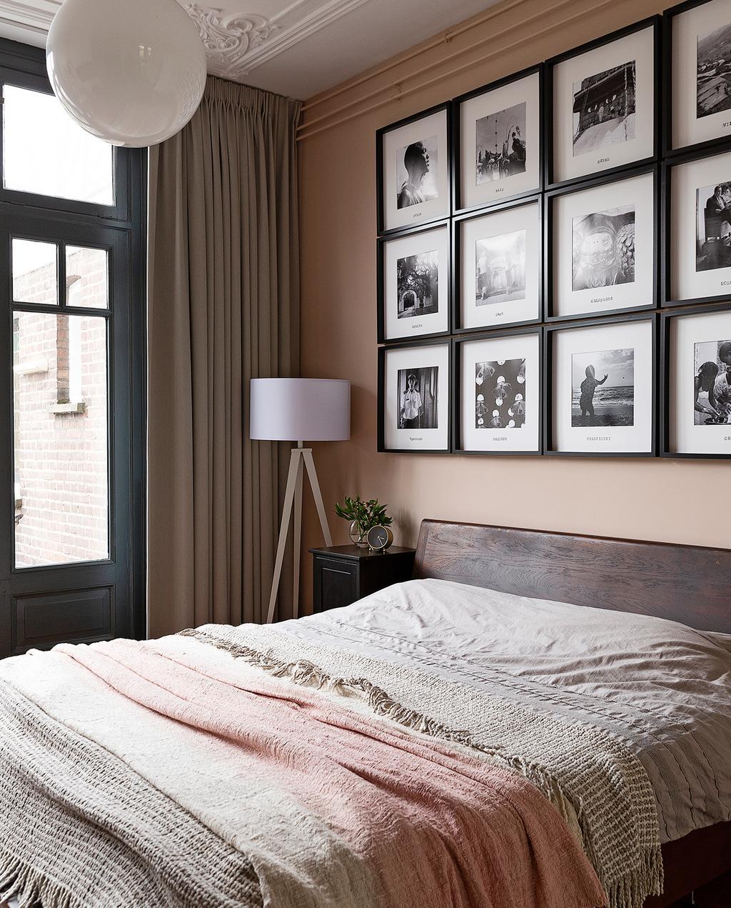 vtwonen 04-2020 | slaapkamer met lichte tinten en lijstenwand