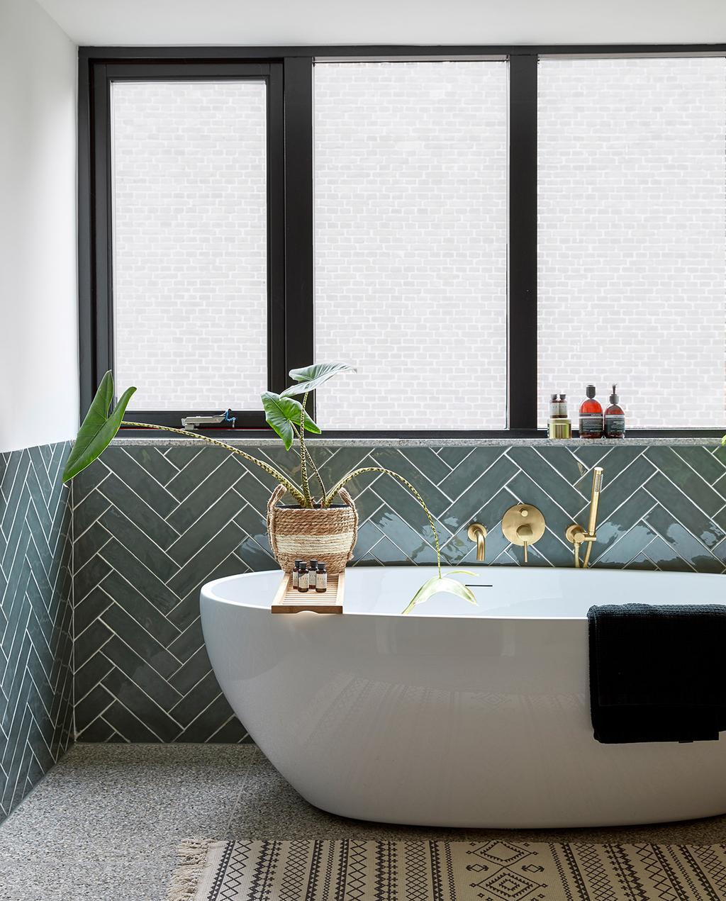 vtwonen 05-2021 | badkamer met wit bad en blauwe tegels aan de wand