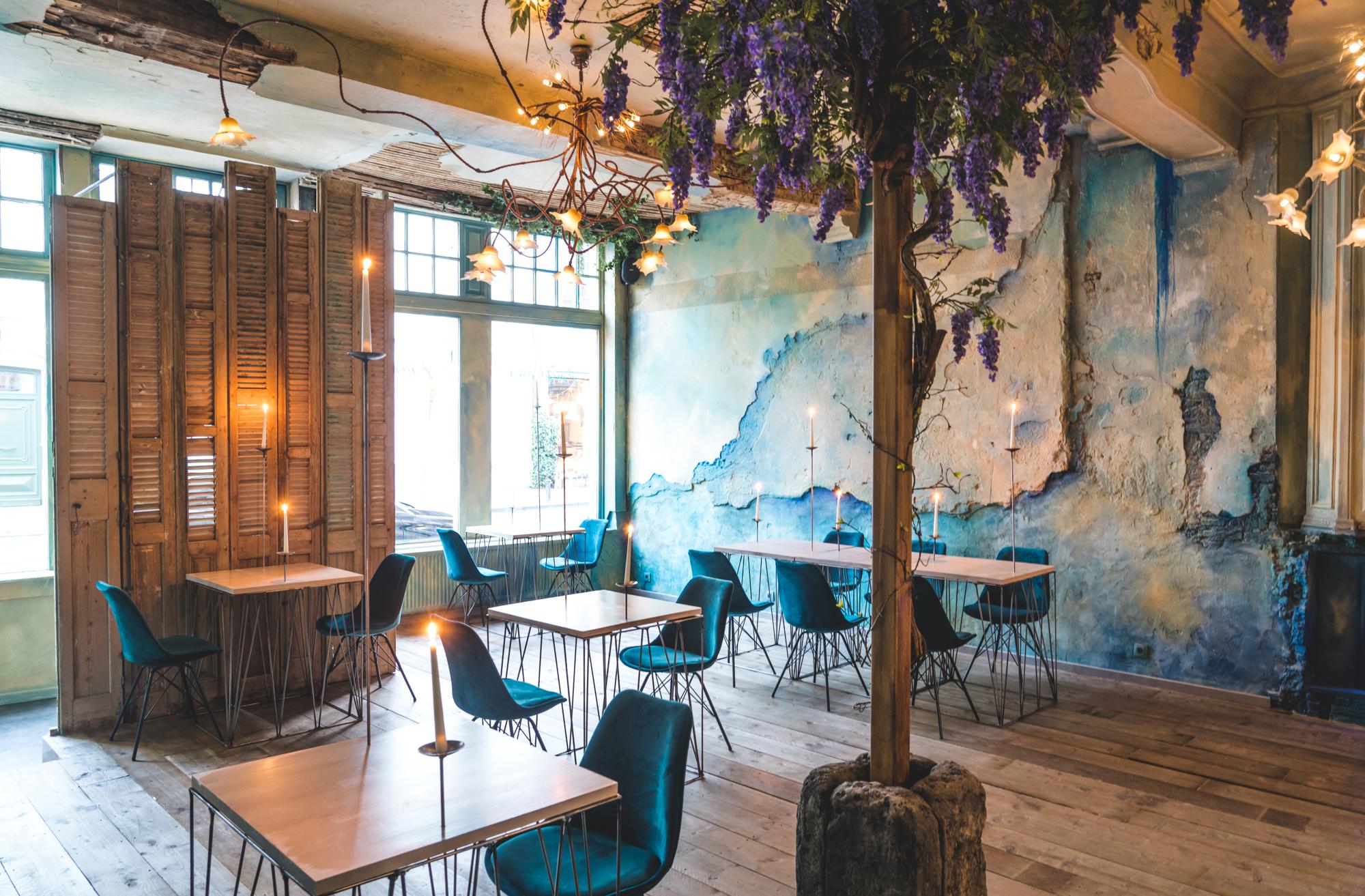 Epiphanys Kitchen hotspot in Gent met uniek interieur, turquoise tinten, ruwe muren, natuurlijke elementen, oude paneelluiken