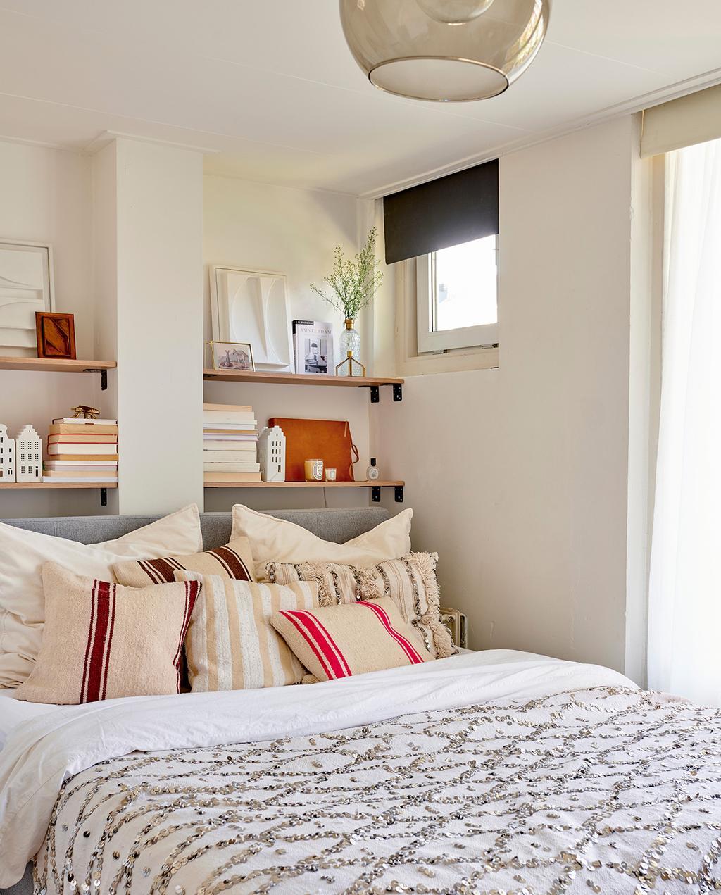 vtwonen special tiny houses | lichte slaapkamer met beige, terracotta en lichtblauwe tinten