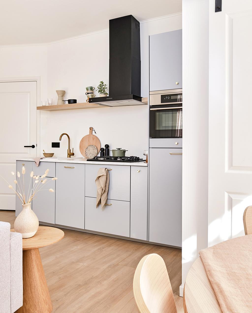 vtwonen special tiny houses | keuken met subtiel blauwe kasten