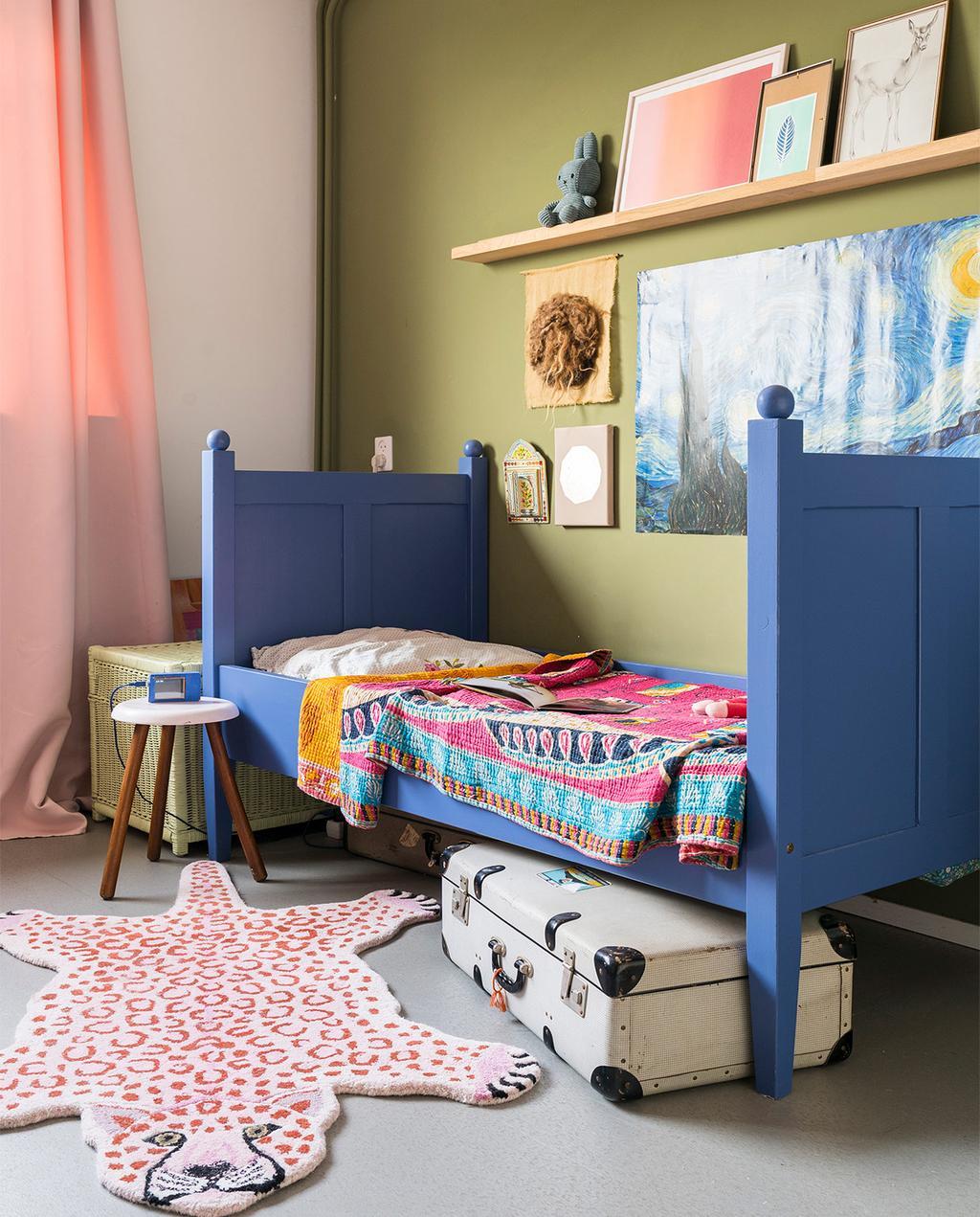 vtwonen 07-2021 | blauw bed in kinderkamer met geverfde leidingen