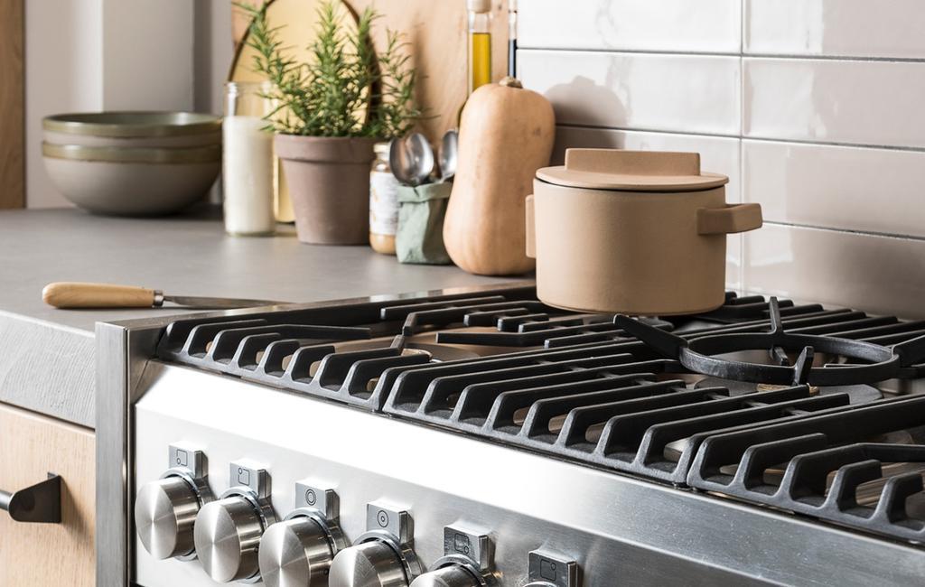 De keuken en gasfornuis streeploos schoonmaken
