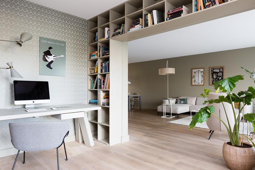 Werkplek met ingebouwde boekenkast
