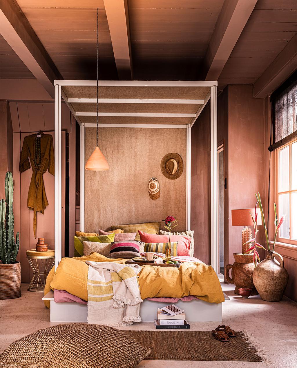 vtwonen 07-2021 | styling van een bed met oranje dekbedovertrek