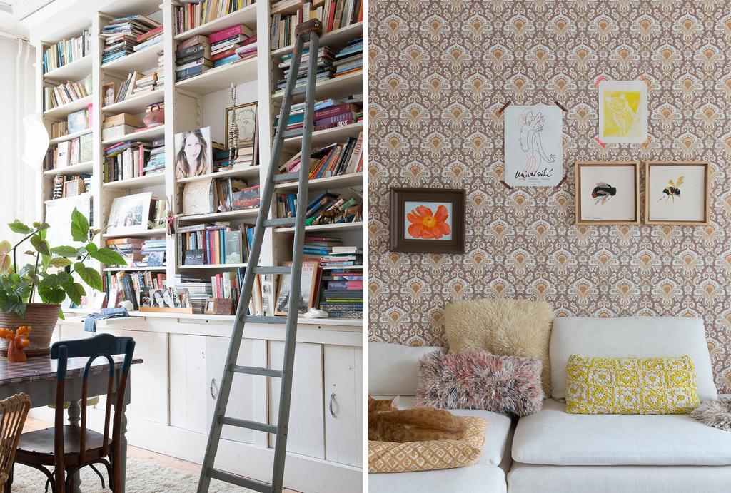 Boekenkast met vintage ladder en behang met dessin