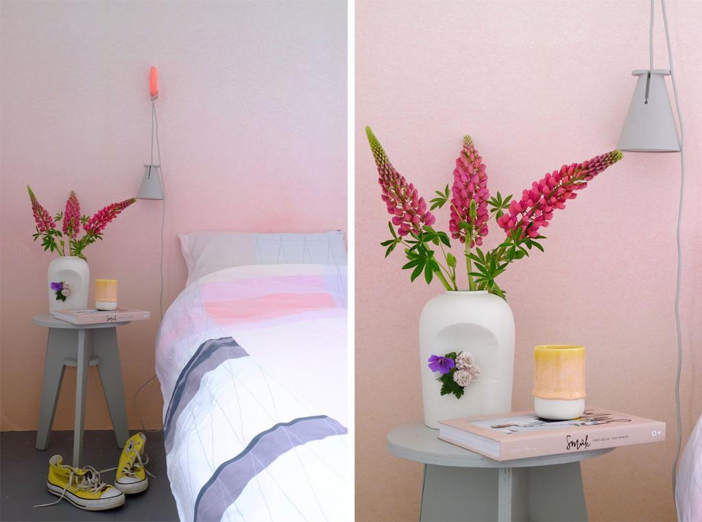 Bedlampje Bollard van Menu in roze slaapkamer