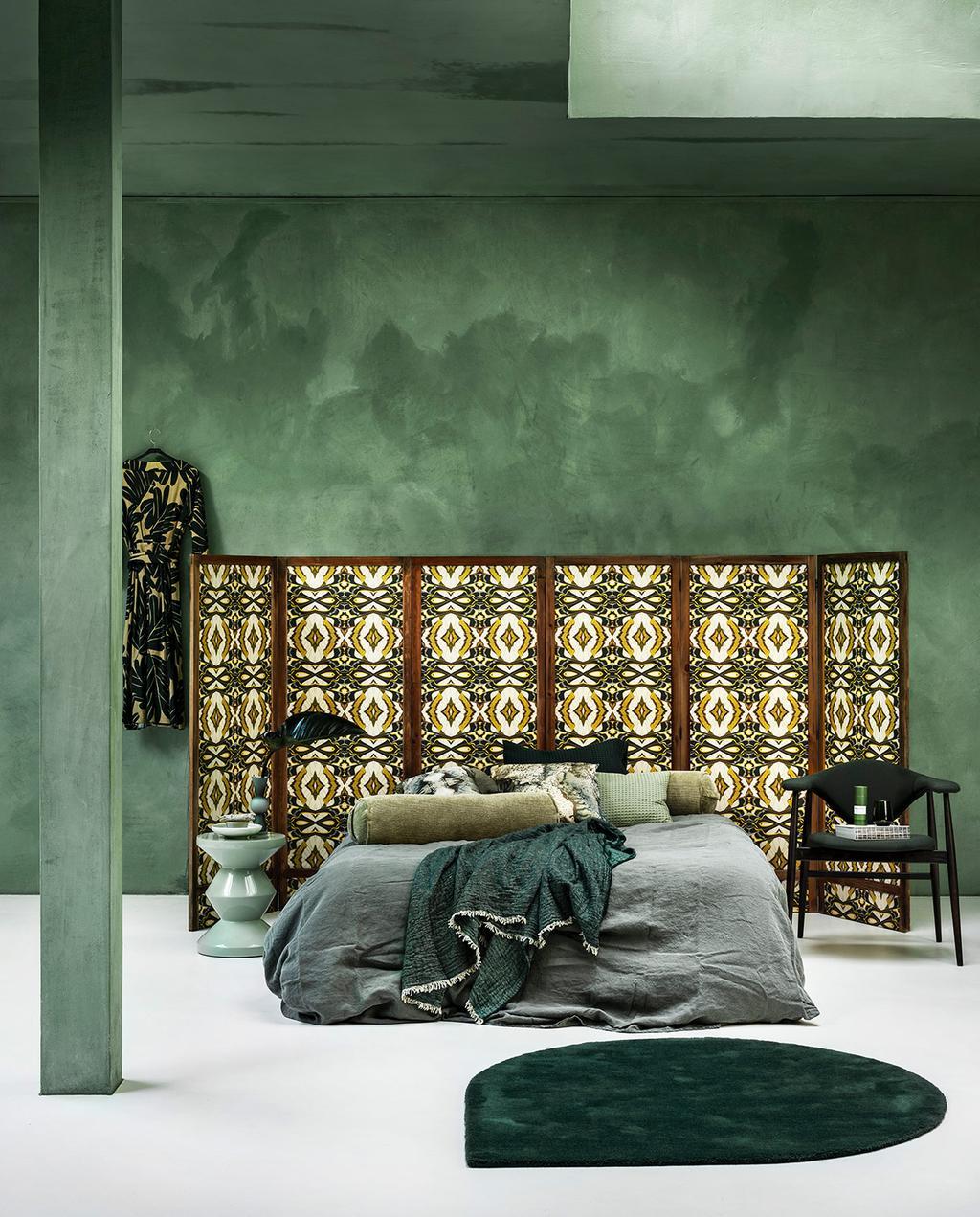 vtwonen 01-2021 | groene slaapkamer, panelen met behang, opgemaakt bed