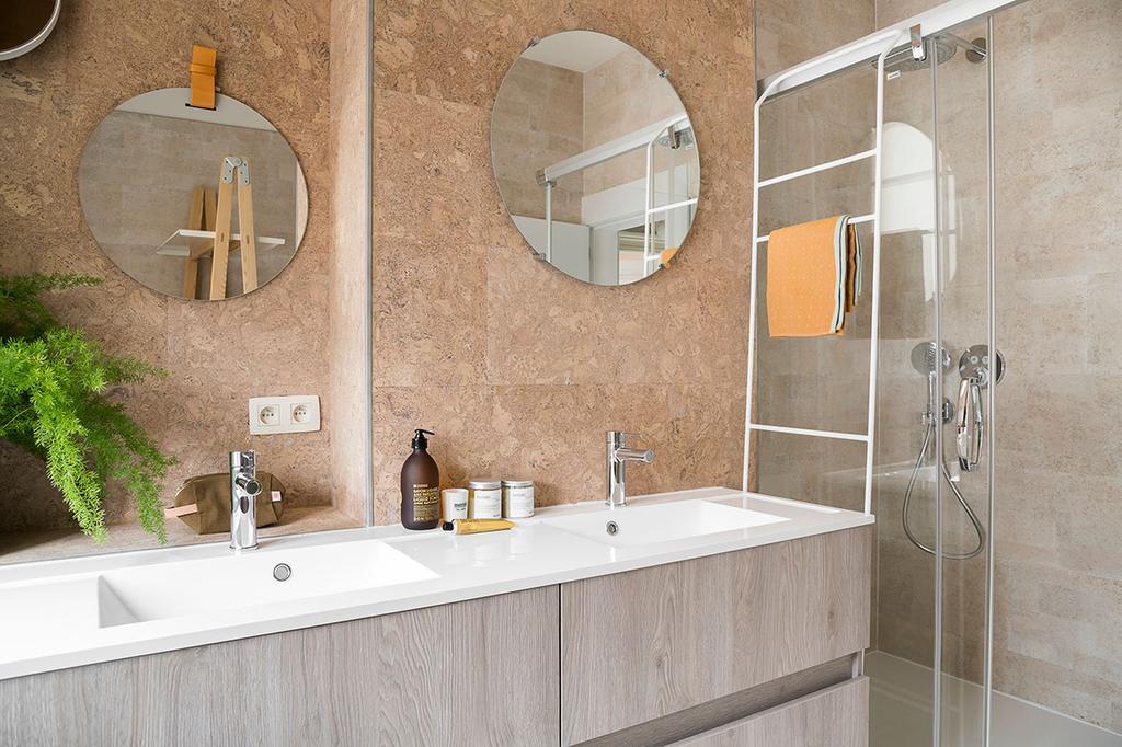 De badkamer van Lukas en Katrien uit de tweede aflevering van Een frisse start met vtwonen met wastafel, spiegels en een grote douche.
