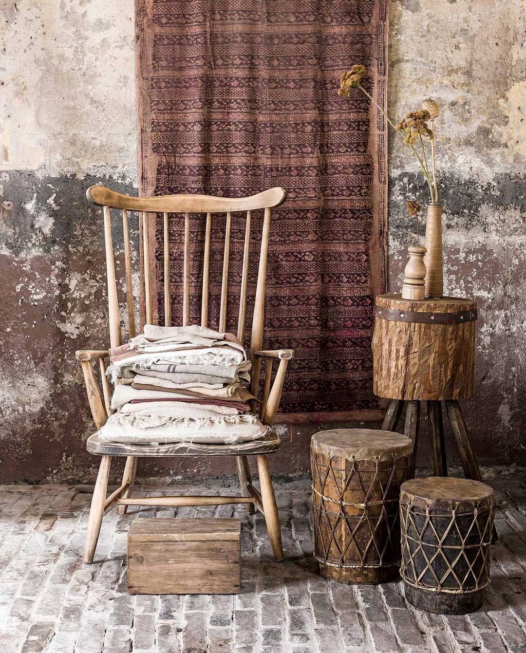 vtwonen 06-2017 | kringloop houten stoel, trommels, wandkleed op achtergrond