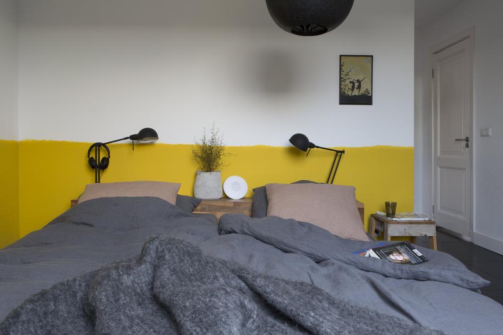 Slaapkamer met gele wand