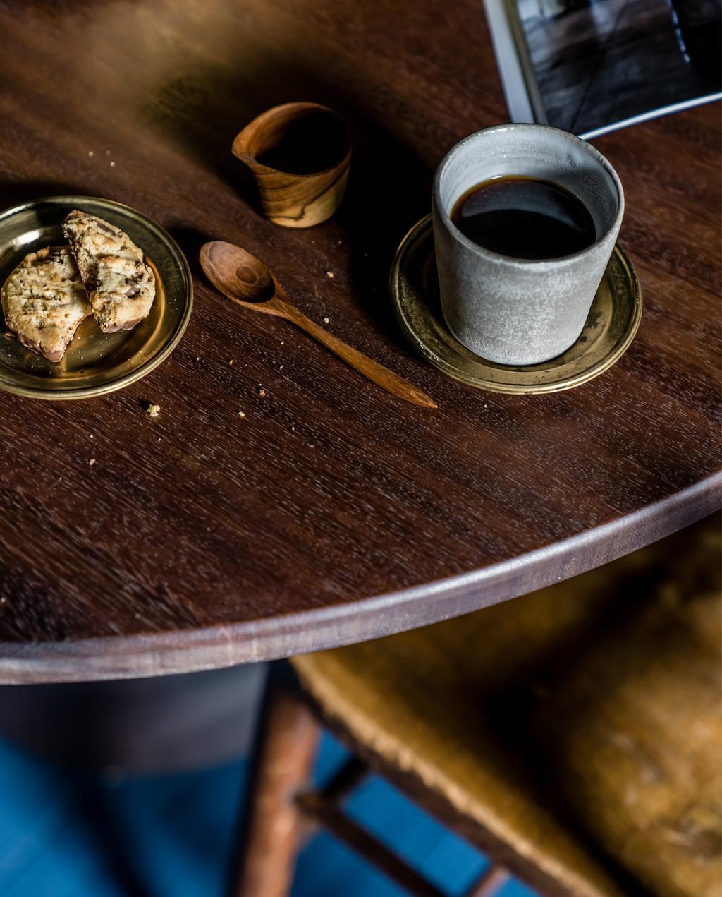 vtwonen 10-2020 | tafel met servies en mok