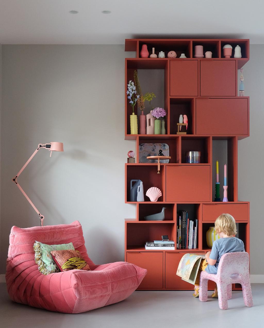 vtwonen blog prchtg | zoet design roze ligne roset , roze boekenkast en aardbeienstoel