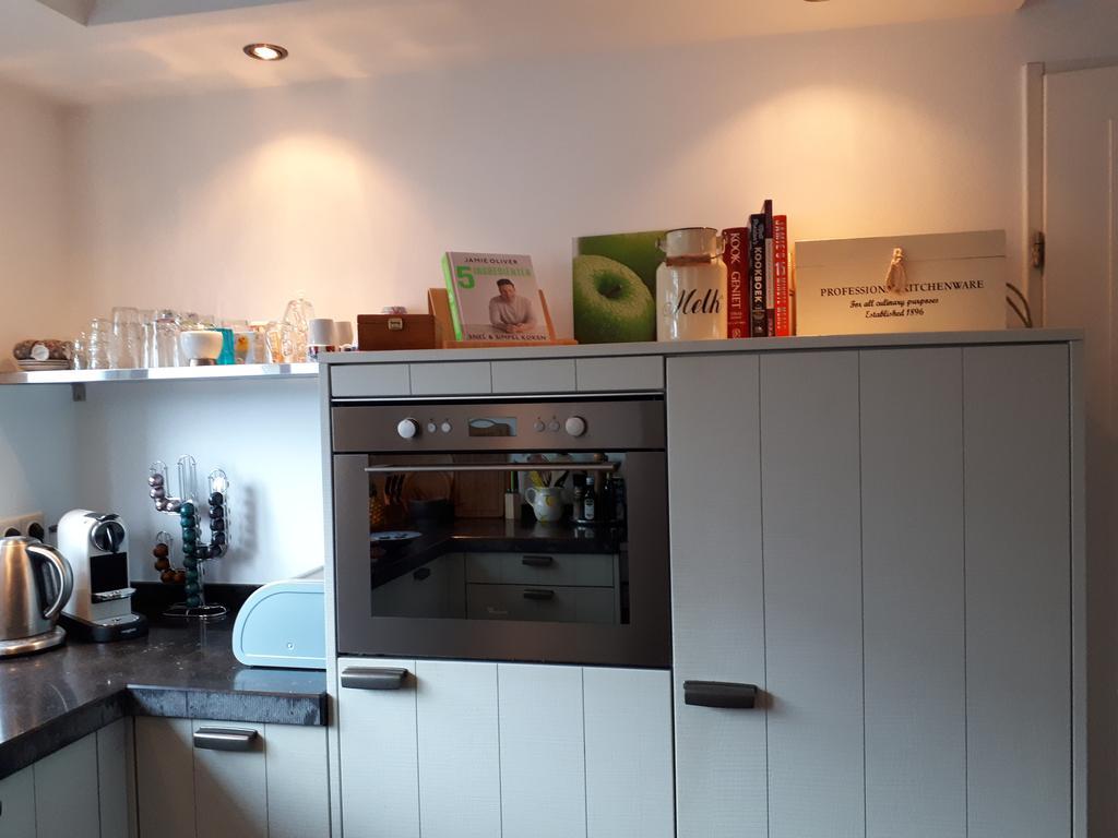 kookboeken-en-groene-accenten-door-appelschilderij-en-kookboek-jamie