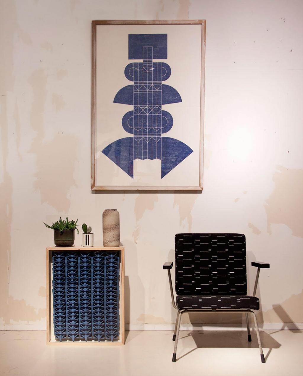 vtwonen 09-2020 | blauw kunstwerk aan de muur en stoelen