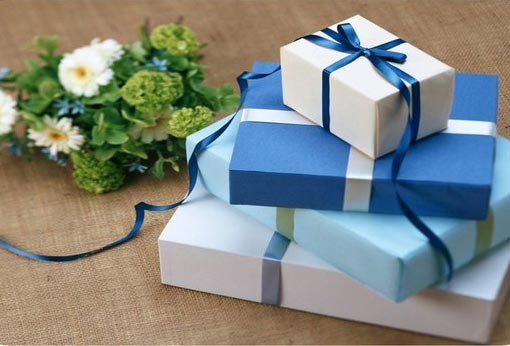 ></p> <h2>Ruilfeestje</h2> <p>Iets wat jij misschien niet leuk vindt, kan iemand anders juist weer hartstikke leuk vinden. Organiseer daarom met een aantal vrienden een feestje waarbij iedereen (naast lekkernij) zijn ongewenste cadeaus meeneemt. Om het nog leuker en spannender te maken kun je ook altijd nog het dobbelspel van Sinterklaas spelen.</p> <h2>Geef het iemand anders cadeau</h2> <p>Een cadeau krijgen en het vervolgens cadeau geven aan iemand anders vinden sommige mensen niet kunnen. Maar als je iemand anders er blij mee maakt, waarom zou je het dan niet aan hun geven? Anders ligt het cadeau ook maar ergens in een kast waar het nooit gebruikt wordt.</p> <h2>Doneer cadeaus</h2> <p>Wanneer je niemand blij kan maken met jouw ongewenste cadeaus, kun je ze het best doneren aan een goed doel. Dan kunnen ze er daar mensen weer blij mee maken. Of geef de cadeaus af bij een kringloopwinkel. Dan komt het vaak ook goed terecht. Op de website van <a title=