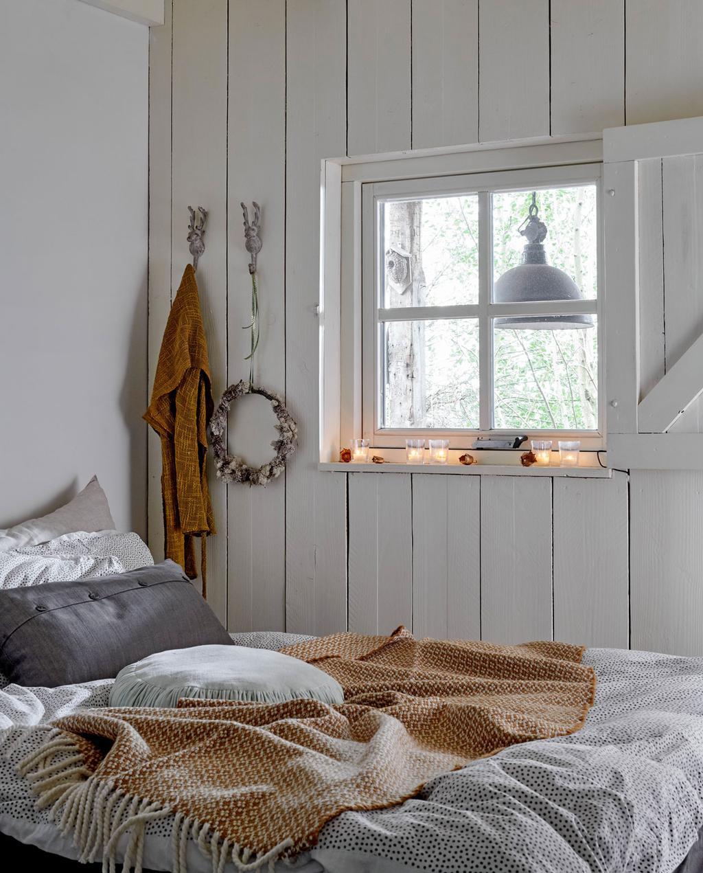 vtwonen 12-2019 | Binnenkijken in een boerderij in Aalten slaapkamer wit hout