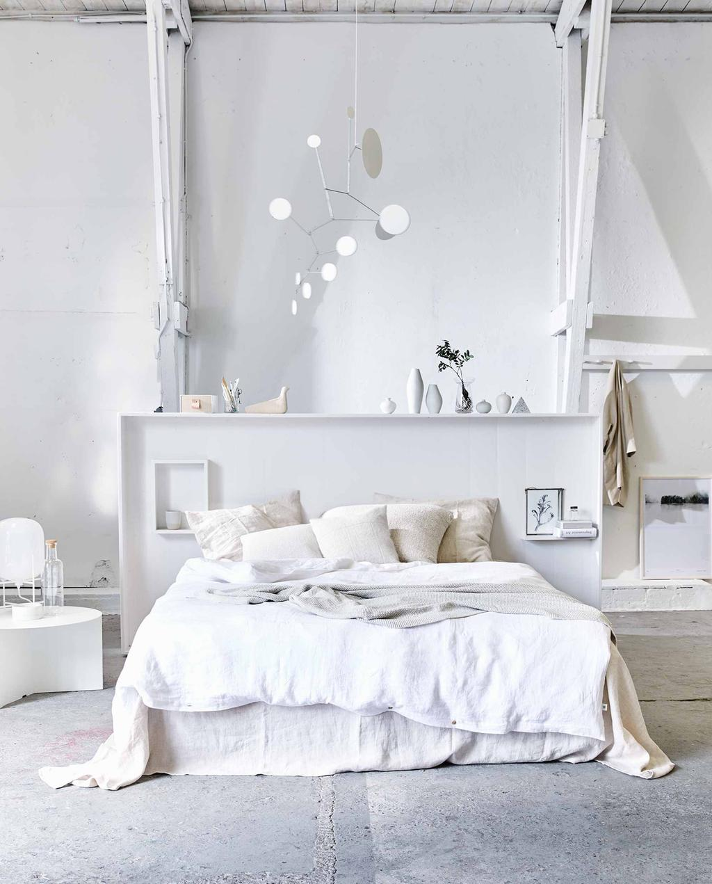 vtwonen 2017-07 | slaapkamer met opgemaakt bed met wit beddengoed en lichte tinten