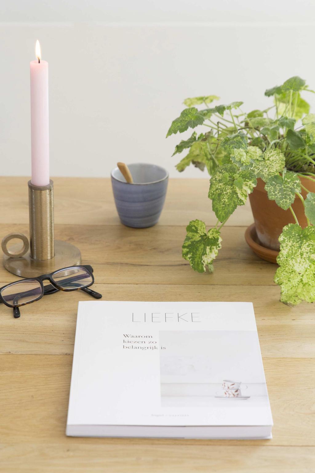 Liefke magazine op tafel met een plant, mok, kaars en bril