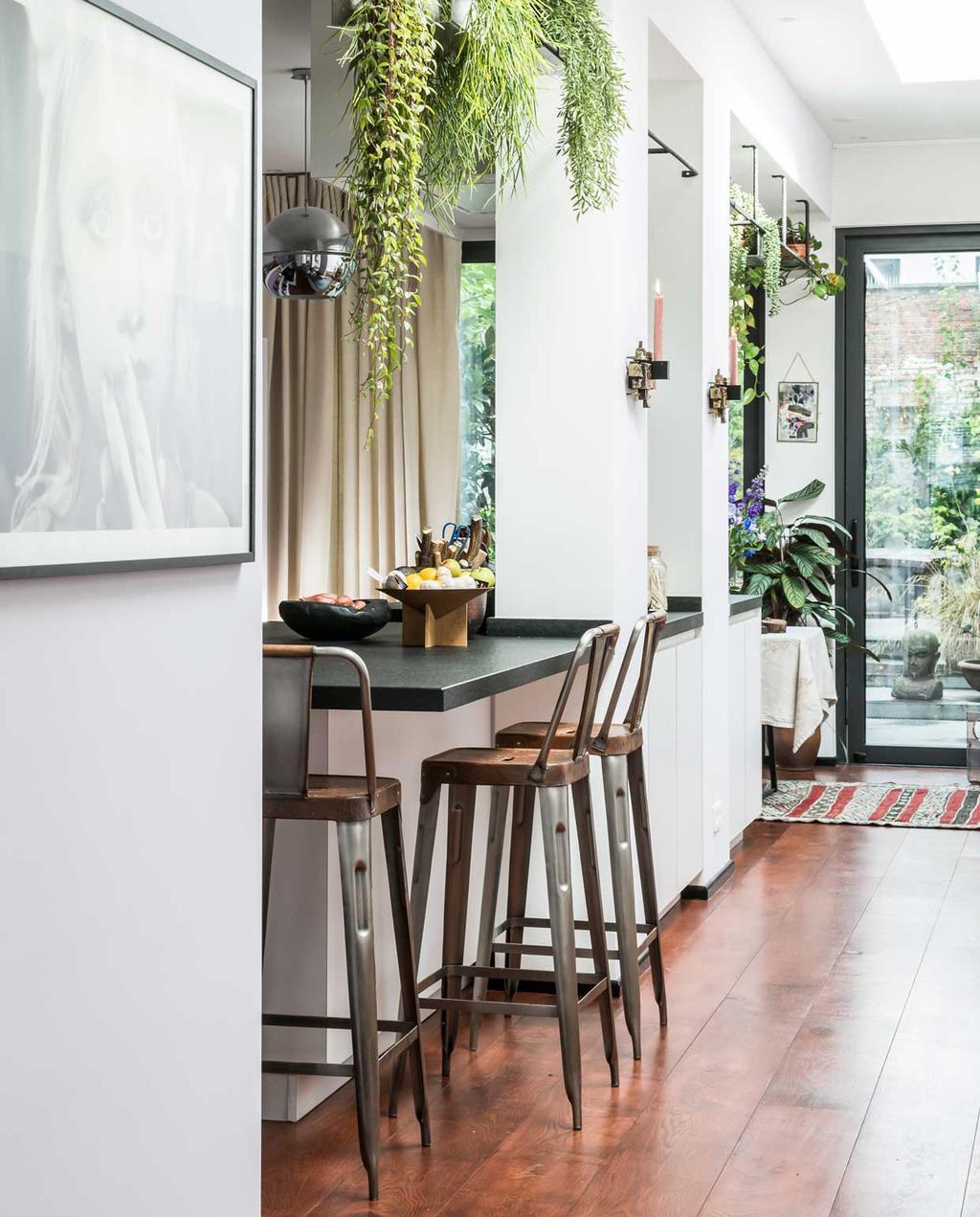 vtwonen 10-2020 | binnenkijken| kijkkamer | Antwerpen| kookeiland met barkrukken