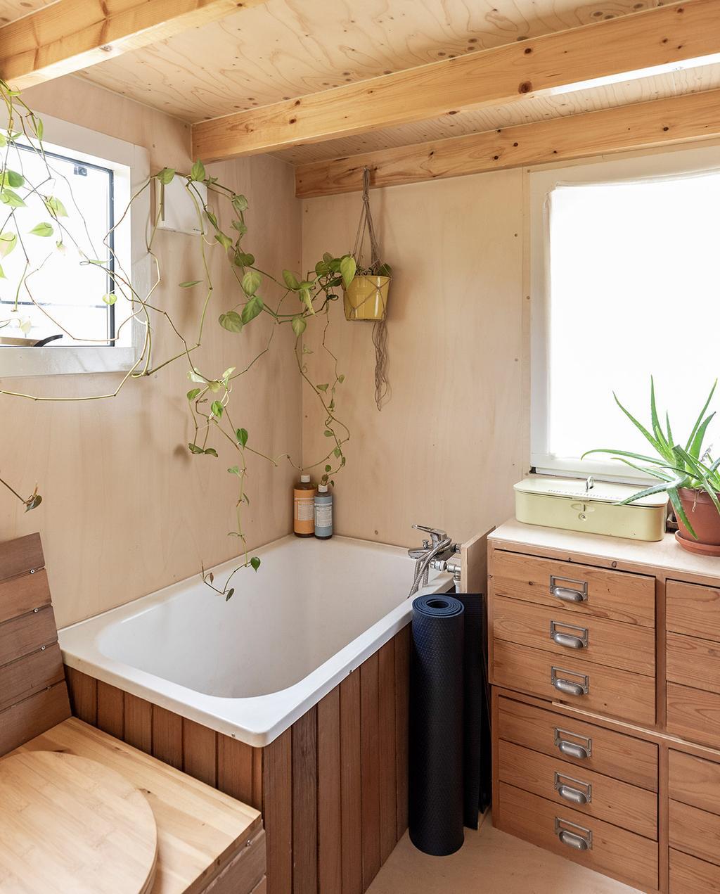 vtwonen special tiny houses | zelfvoorzienend huis met badkamer en bad
