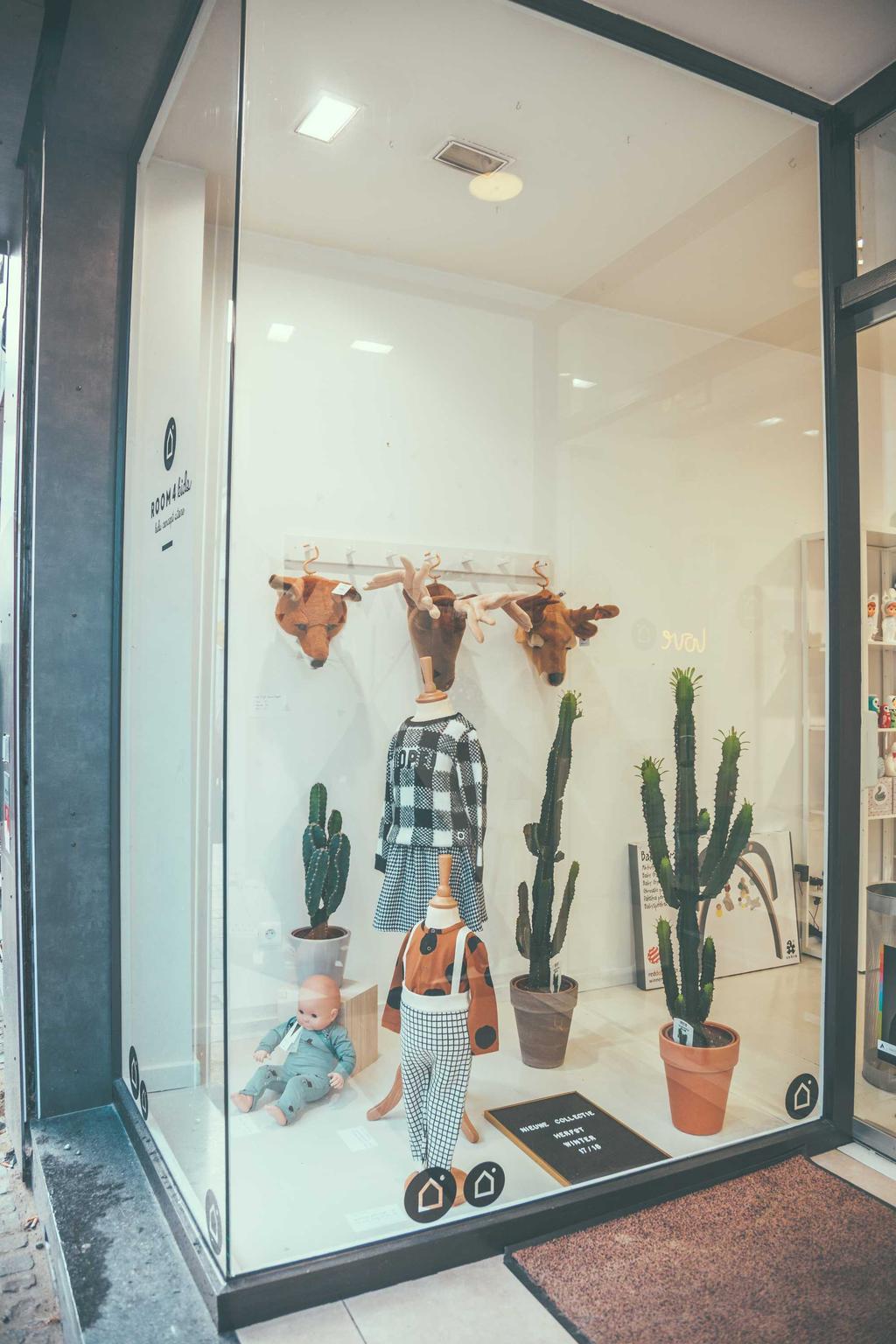room4kids de etalage met cactussen en kledij voor kinderen