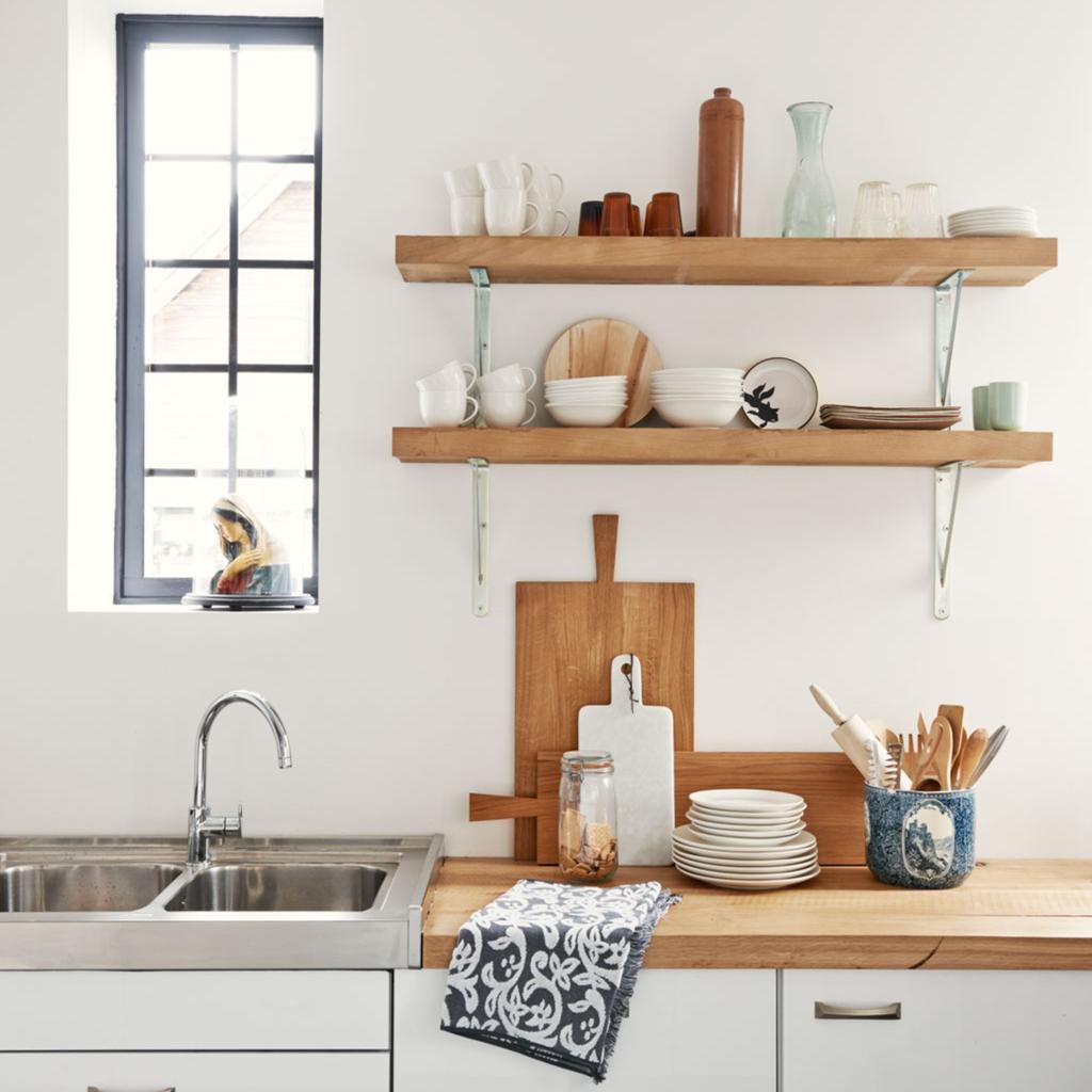 Witte keuken met houten snijplanken en wandplanken | onderhoud