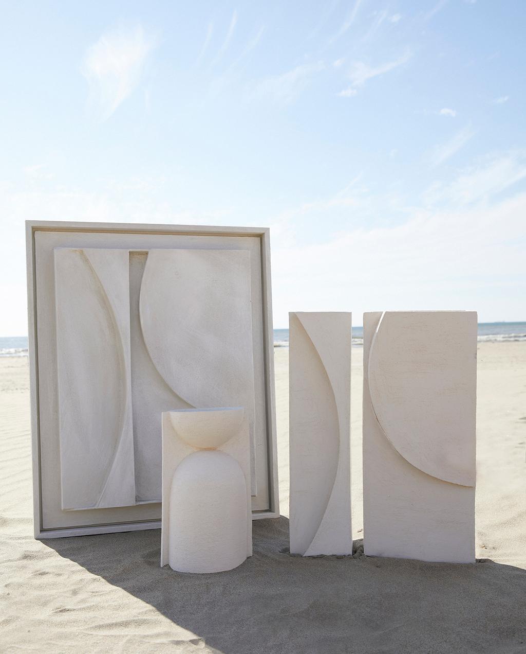 vtwonen 11-2020 | drie witte reliëf kunstwerken op het strand